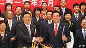 Chen Yunlin, chairman of China's Association for Relations Across the Taiwan Strait (ARATS), front right, shakes hands with his counterpart, Chairman of Taiwan's Straits Exchange Foundation (SEF), Chiang Pin-kung after a signing ceremony in Chongqing, China, Tuesday, June 29, 2010. China and Taiwan signed a tariff-slashing trade pact Tuesday that boosts economic ties and further eases political tensions six decades after the rivals split amid civil war. (AP Photo) ** CHINA OUT **