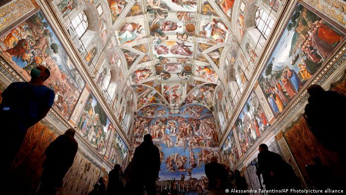 Posetioci ponovo mogu da se dive Sikstinskoj kapeli. Zbog pandemije korone vatikanski muzeji bili su zatvoreni za javnost.