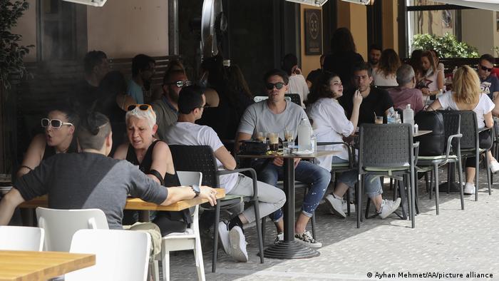 În Grecia s-au redeschis restaurantele după mai bine de şase luni. După cum era de aşteptat, sociabilii greci, dar probabil şi puţinii turişti care se află momentan în această ţară, se bucură mult că pot savura mâncarea gustoasă şi băutura bună în compania prietenilor, în aer liber.