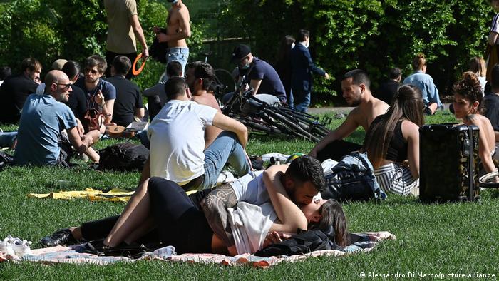 Italieni pasionali bucurându-se de soare şi unii de alţii. Restricţiile au fost atenuate în multe regiuni ale ţării