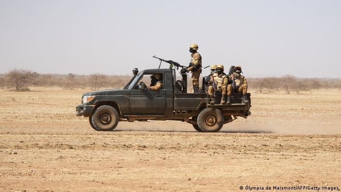 Soldados patrullando en Burkina Faso.
