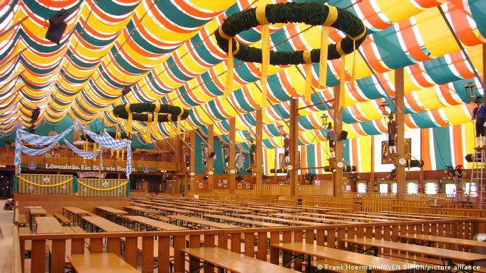 Tenda bir yang kosong di areal Oktoberfest 2020, setelah pesta itu dibatalkan