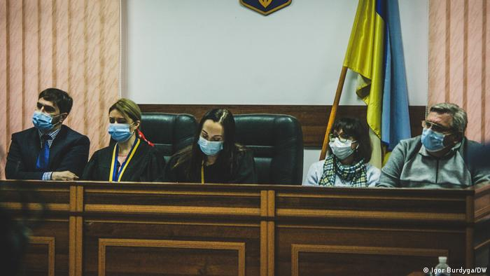 Судді та присяжні на засіданні 30 квітня