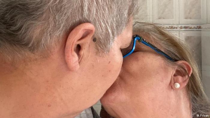 Mulheres se beijam