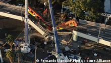 4.5.2021, Mexiko City, An aerial view of subway cars dangle at an angle from a collapsed elevated section of the metro, in Mexico City, Tuesday, May 4, 2021. The elevated section of Mexico City's metro collapsed late Monday killing at least 23 people and injuring at least 79, city officials said. (AP Photo/Fernando Llano)