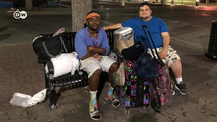 Zwei Obdachlose vor der Notunterkunft