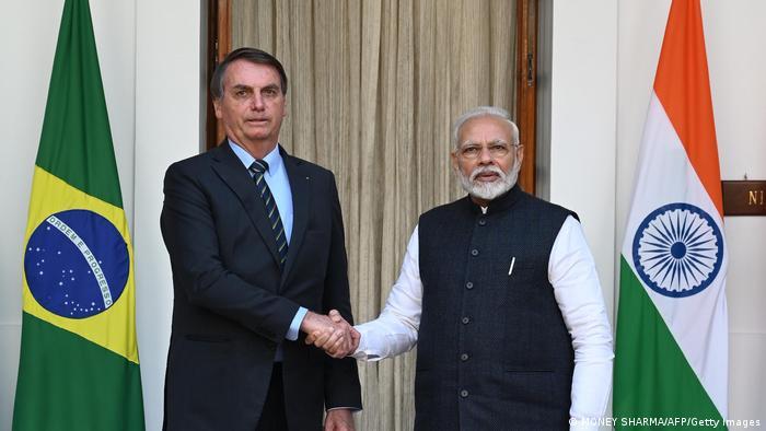 O presidente brasileiro, Jair Bolsonaro, e o primeiro-ministro indiano, Narendra Modi, apertam as mãos em foto de 25 de janeiro de 2020