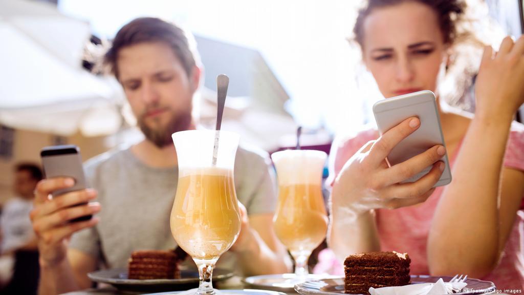 Como o celular afeta as relações pessoais | Novidades da ciência para  melhorar a qualidade de vida | DW | 07.05.2021