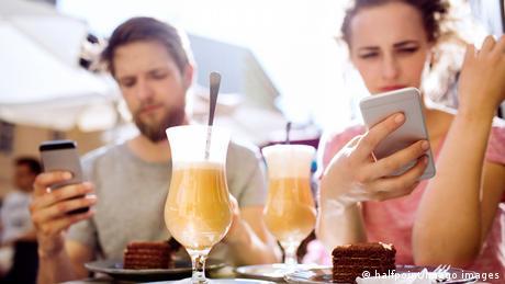 Symbolbild Smartphone statt Kommunikation