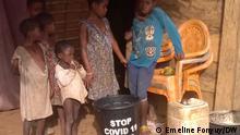 Kamerun | Baka Kinder vor Hütte