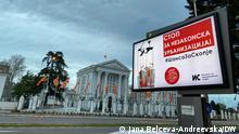 Nordmazedonien I Plakatwand gegen illegale Verstädterung vor dem Regierungsgebäude in Skopje