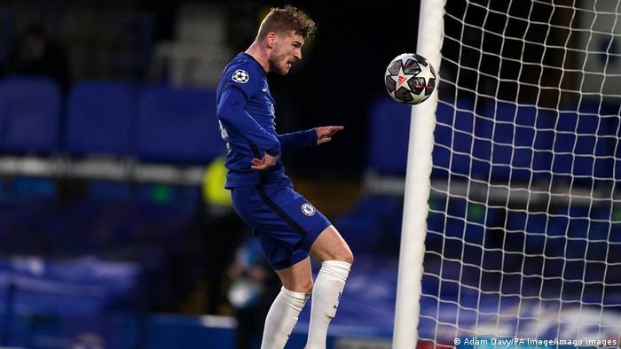 الكرة أبت أن تدخل المرمى فتصدت لها العارضة ، ثم عاد وأكملها المهاجم الألماني فيرنر برأسية أحرز فيها هدف السبق.