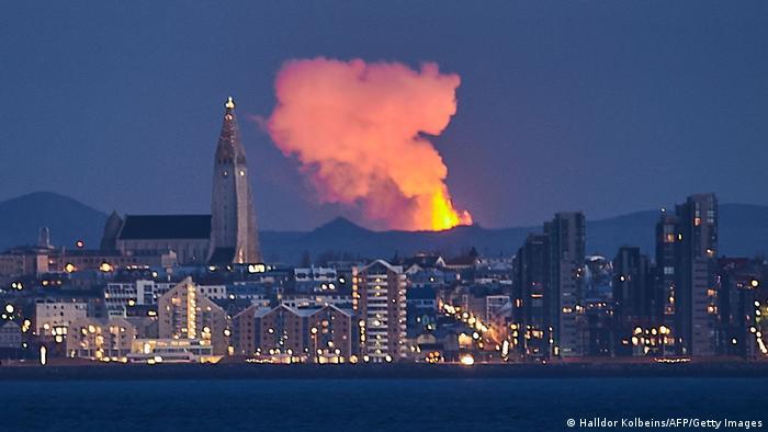 Vulkan Fagradalsfjal ponovo je aktivan još od 19. marta, ali je vrhunac aktivnosti zabeležen juče: lava se dizala i više stotina metara u nebo. Erupcija je vidljiva i iz Rejkjavika, glavnog grada Islanda.