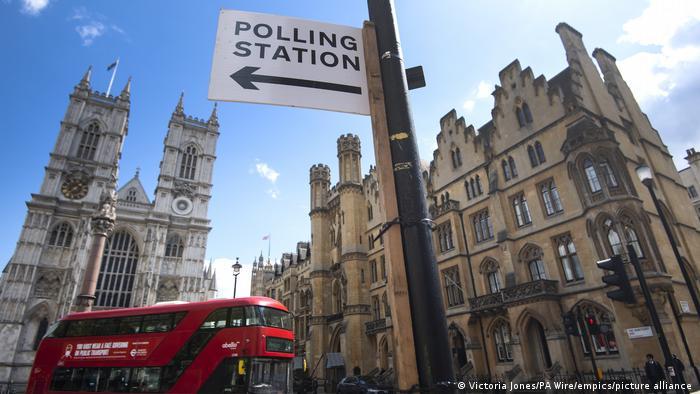 Großbritannien Wegweiser zu einem Wahllokal in London