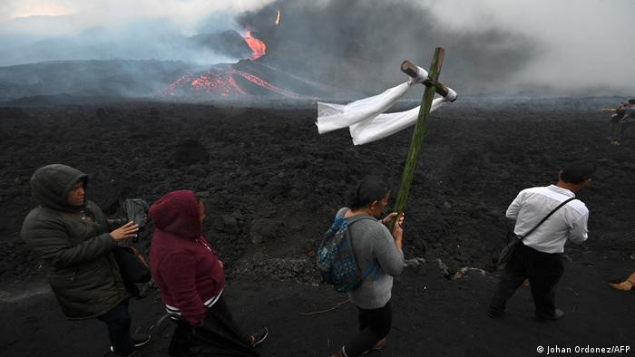 Foto de personas cerca del volcán de Fuego en Guatemala.
