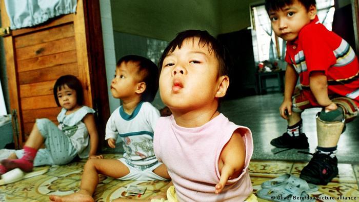 Vietnamesische Kinder mit Missbildungen auf einer Betreuungsstation in Ho Tschi Minh Stadt (1993)