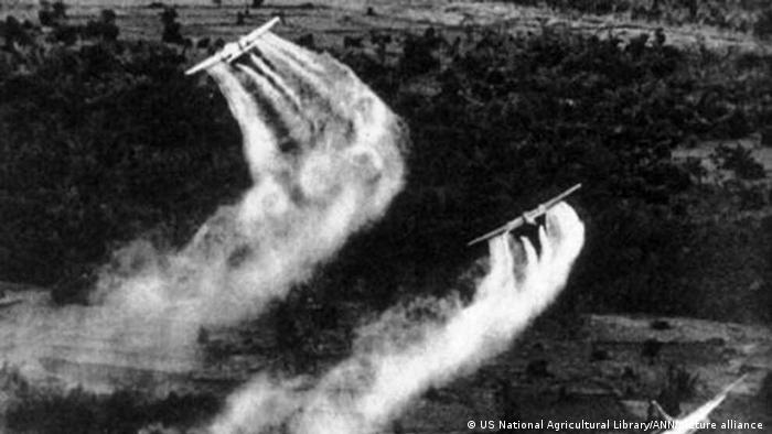 Aviões das Forças Armadas americanas pulverizam agentes químicos sobre o Vietnã