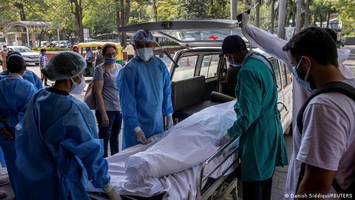 La India supera los 25 millones de casos de coronavirus con récord de  muertes | Coronavirus | DW | 18.05.2021
