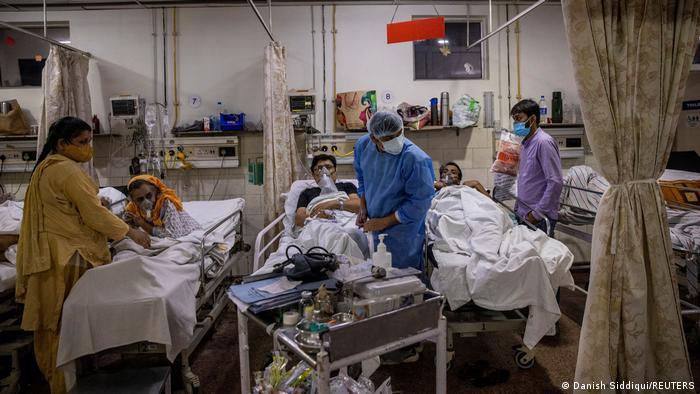 Dokter di India kewalahan menangani pasien COVID-19.