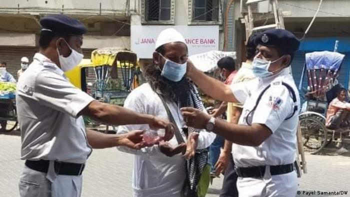 Controles en India para reforzar el uso de mascarillas.