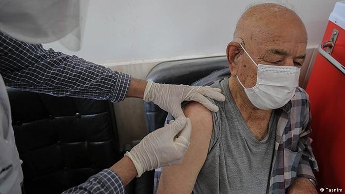 واکسینه کردن یکی از شهروندان بالای ۸۰ ساله ایران، میانه اردیبهشت ۱۴۰۰
