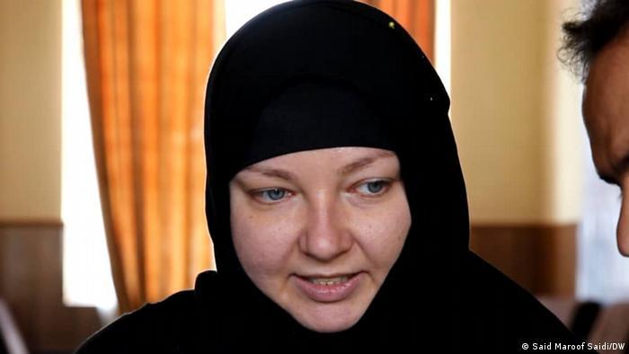 داکتر ظاهر فیض زاده، والی غور به دویچه وله گفت که این زن تبعه پولند است و به دعوت یک جوان غوری به دین اسلام روی آورده و با وی ازدواج کرده است.
