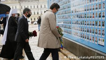 Госсекретарь США Энтони Блинкен возлагает цветы к Стене памяти
