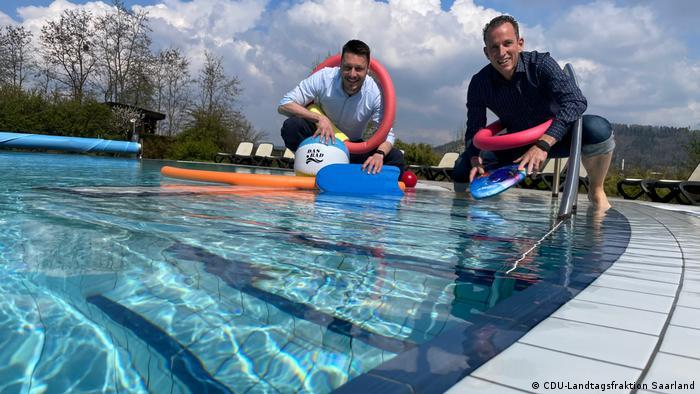 CDU-PolitkerRaphael Schäfer und Frank Wagner stehen am Beckenrand im Schwimmbad