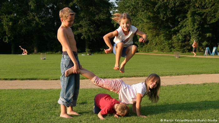 Tobende Kinder im Freien