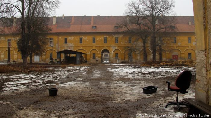 Pátio do Hospital Militar de Theresienstadt