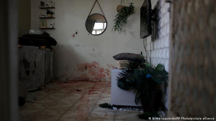 Foto de manchas de sangre en una casa de Jacarezinho en Rio de Janeiro.