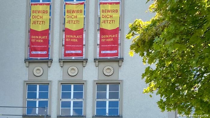 Deutschland Rathaus Berlin-Tempelhof mit Anzeigenkampagne für Ausbildungsplätze