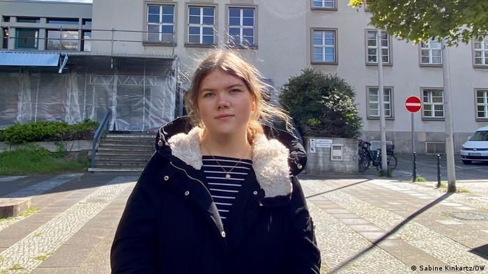 Deutschland. Die Auszubildende Antonia Scholz steht vor dem Rathaus Berlin Tempelhof