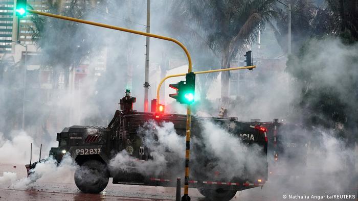 Foto de una tanqueta de la Policía de Colombia durante manifestaciones