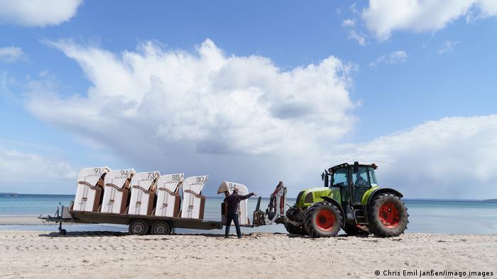 Traktor je dovezao klupe i sad još samo da se rasporede po peščanoj plaži. U Libečkom zalivu na obali Baltičkog mora obavljaju se poslednje pripreme početak nove turističke sezone. Svi se nadaju da će ova sezona, koja zvanično počinje 8. maja, biti bolja nego prošlogodišnja.