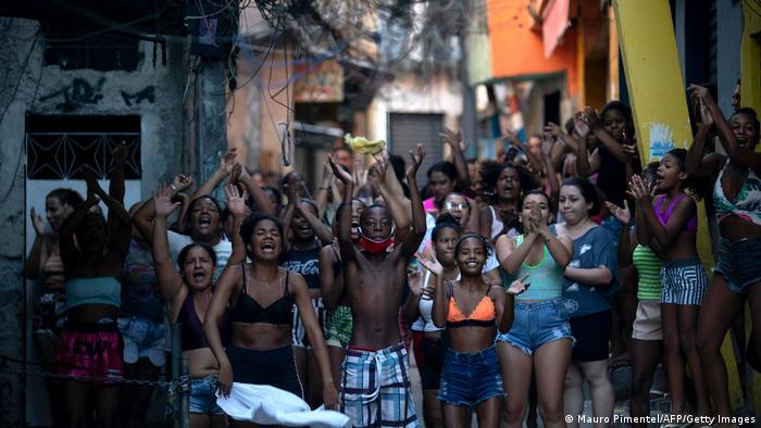 Moradores do Jacarezinho protestam após a chacina