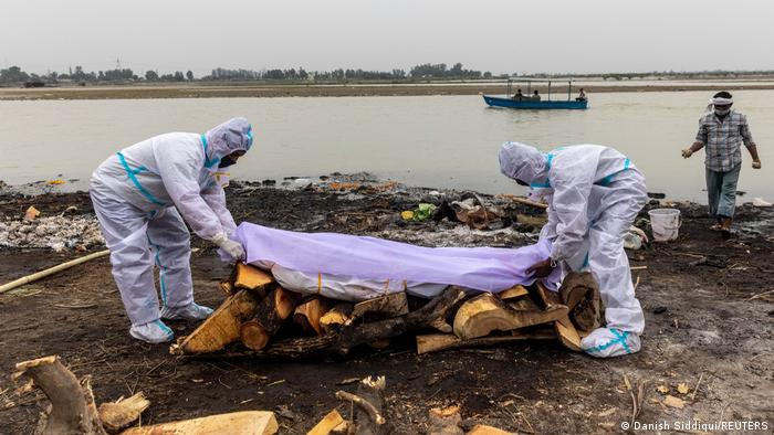 India: Bodies of suspected COVID-19 victims wash up on Ganges riverbanks |  News | DW | 11.05.2021
