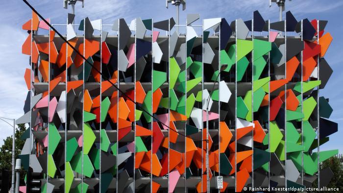 پارکینگ طبقاتی ملبورن استرالیا با نمایی که به قطعات رنگین هندسی شکل مزین است.