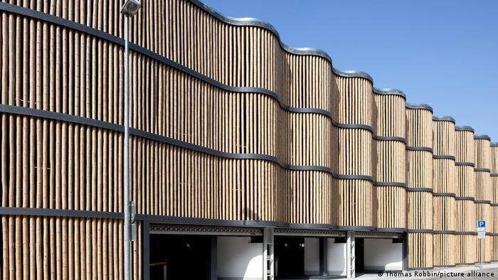 معماران آلمان هاینریش – پچنیک و شرکا در شهر لایپزیگ پارکینک طبقاتی با اسکلت فولادی و نمای مواج با چوب بامبوس را در سال ۲۰۱۱ در نزدیکی باغ وحش شهر ساختند.