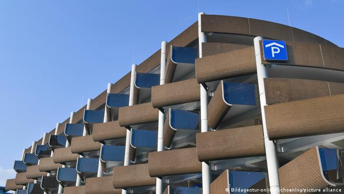 شماری از پارکینگهای طبقاتی در آلمان به لحاظ کیفیت، زیبایی و سبک معماری ثبت ملی شدهاند. این پارکینگ طبقاتی که در سال ۱۹۷۴ در هانوفر و به سبک زبرهکاری یا معماری بروتالیست ساخته شده، از جمله این پارکینگها است.