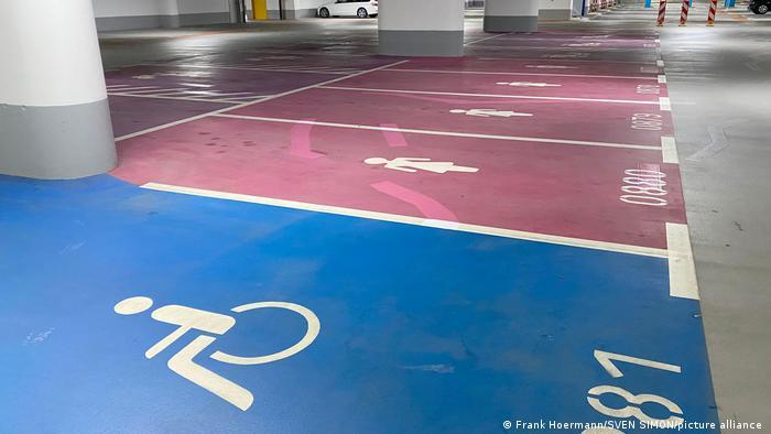 حالا پارکینگهای طبقاتی به مکانهایی تمیز، روشن دارای امنیت و امکانات دیجیتال تبدیل شدهاند. در پارکینگهای مدرن جای پارک مخصوص برای معلولان و زنان نیز درنظر گرفته شده است.
