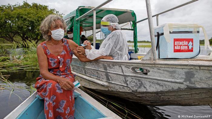 اُلگا پیمنتل قایق خود را در کنار قایق تیم واکسیناسیون پارک کرده است. بخش نوسا سنهورا میورامنتو (Nossa Senhora Livramento) تنها از طریق آبراه قابل دسترسی است. اُلگای ۷۲ ساله خوشحال است از این که ترزیق واکسن درد نداشته. او فریاد میزند: «زنده باد سیستم بهداشتی برزیل!»