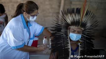 Вакцинация представителя народа гуарани в Бразилии