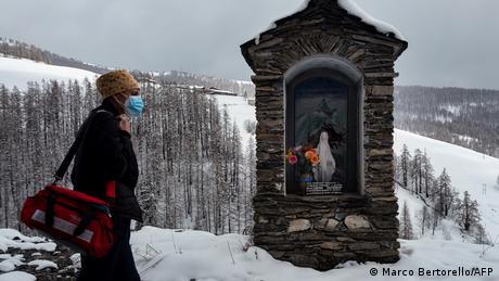 برخی از سالمندان نمیتوانند بهتنهایی به مراکز واکسیناسیون مراجعه کنند. در دره مایرا واقع در غرب رشته کوه آلپ در ایتالیا، کادر بهداشتی برای تزریق واکسن به افراد بالای ۸۰ سال به خانه آنها مراجعه میکند.