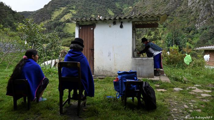 آنزلمو تونوبالا پیش از آن که به خانم مسن واکسن تزریق کند دستهایش را میشوید. این مرد ۴۹ ساله هر روز در مناطق کوهستانی جنوب غربی کلمبیا پرسه میزند تا ساکنان این مناطق را به زبان محلی قانع کند که واکسن بزنند. آنزلمو متعلق به قوم میساک (Misak) است. آنها به طب سنتی و رهبران دینی خود بیشتر معتقدند تا به تاثیر واکسن.