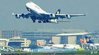 Ein Lufthansa Flugzeug startet vom Frankfurter Flughafen