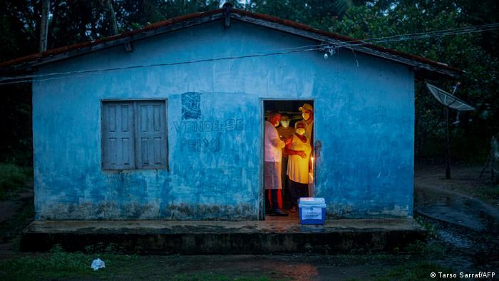 ژائیر بولسونارو، رییسجمهور برزیل، مدت زیادی علیه واکسن کرونا تبلیع میکرد. اما اکنون کمپین واکسیناسیون بهراه افتاده است. ساکنان بومیو نوادگان بردههای آفریقایی در برنامه واکسیناسیون این کشور ارجحیت دارند. خانم رایموندا نوناتا هم یکی از آنهاست. منطقه مسکونی او از برق محروم است به همین دلیل رایموندای ۷۰ساله در نور شمع واکسن دریافت میکند.