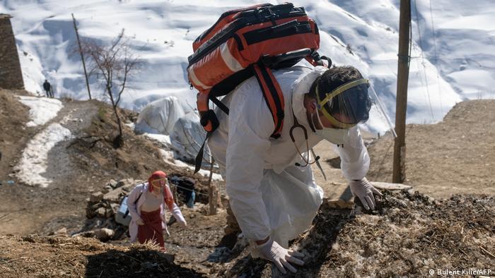برای واکسینهکردن ساکنان مناطق کوهستانی جنوب شرقی ترکیه، کادر درمانی باید پرانرژی و از نظر فیزیکی ورزیده باشد. دکتر زینب ارلاپ به دویچه وله میگوید: «در این مناطق انسانها در فضاهای تنگ کنار یکدیگر زندگی میکنند، به همین دلیل ابتلای یک شخص میتواند بهسرعت به دیگران منتقل شود. علاوه بر این، آنها تمایلی به رفتن به بیمارستان ندارند، به همین خاطر ما باید نزد آنها برویم.»
