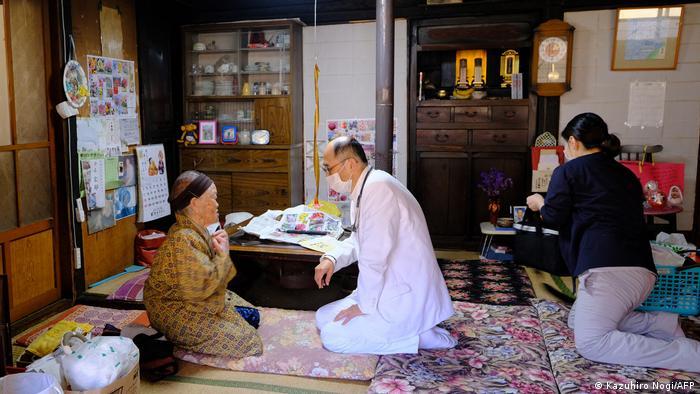 در ژاپن هم پزشکان برای واکسیناسیون به خانه نیازمندان میروند. ژاپن علاوه بر کلانشهرهای شلوغ، روستاهای دورافتاده و ناشناخته زیادی دارد که شمار ساکنان آنها از چندصدنفر تجاوز نمیکند. برخی از ساکنان این روستاها به دلایل گوناگون امکان رفتن به شهرهای بزرگ را ندارند و خوشحالند که کادر بهداشت برای واکسیناسیون به خانه آنها میرود.