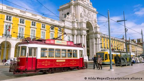 Portugal Lissabon Straßenbahn in Altstadt